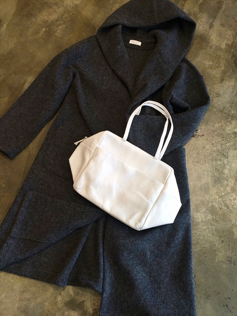 冬の白いバッグ